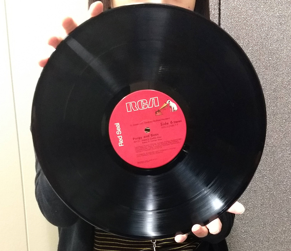 photo demonstrating how to handle a vinyl record