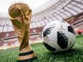foto del balón oficial junto a la copa en un estadio de fútbol