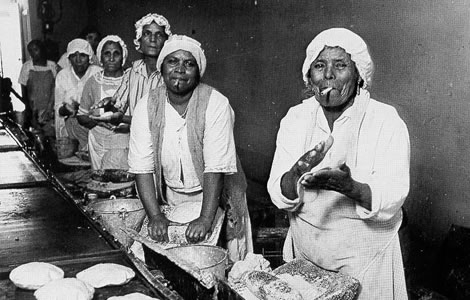 """Mexican cooks in the tortilla factory, """"El Sol del Mayo,"""" 110 N. Spring Street."""