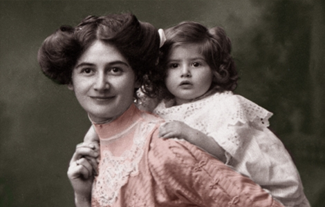 Ella Gettel with her two-year-old daughter, Lotte, Berlin Germany, 1911